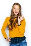 Mujer joven feliz o muestra adolescente de la mano de la autorización de la demostración Foto de archivo libre de regalías