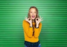 Mujer joven feliz o muestra adolescente de la mano de la autorización de la demostración Imágenes de archivo libres de regalías