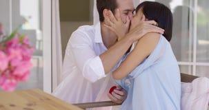 Mujer joven feliz que acepta una oferta de la boda almacen de metraje de vídeo