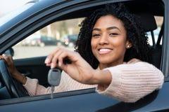 Mujer joven feliz que aprende conducir el coche fotos de archivo