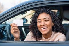 Mujer joven feliz que aprende conducir el coche fotografía de archivo