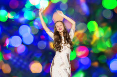 Mujer joven feliz que baila sobre luces del disco Fotos de archivo