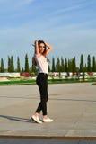Mujer joven feliz que camina en el parque Imágenes de archivo libres de regalías