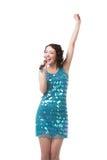 Mujer joven feliz que canta en vestido azul chispeante del cortocircuito Fotografía de archivo libre de regalías