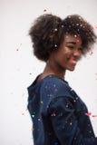 Mujer joven feliz que celebra Foto de archivo libre de regalías