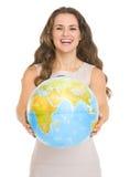 Mujer joven feliz que da el globo imágenes de archivo libres de regalías