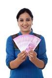 Mujer joven feliz que detiene al indio 2000 notas de la rupia Imagenes de archivo