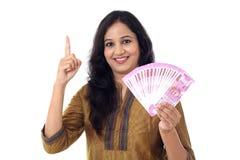 Mujer joven feliz que detiene al indio 2000 notas de la rupia Fotos de archivo