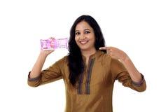 Mujer joven feliz que detiene al indio 2000 notas de la rupia Fotografía de archivo
