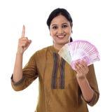 Mujer joven feliz que detiene al indio 2000 notas de la rupia Imagen de archivo libre de regalías