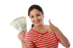 Mujer joven feliz que detiene al indio notas de 500 rupias Fotos de archivo