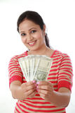 Mujer joven feliz que detiene al indio notas de 500 rupias Imagen de archivo