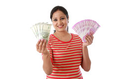 Mujer joven feliz que detiene al indio notas de 2000 y 500 rupias Imagen de archivo