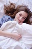 Mujer joven feliz que disfruta de mañana soleada en la cama Fotografía de archivo libre de regalías