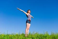 Mujer joven feliz que disfruta de verano fotos de archivo