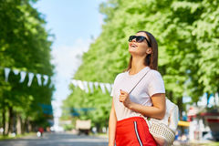 Mujer joven feliz que disfruta de verano Foto de archivo