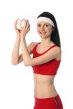 Mujer joven feliz que ejercita con una pequeña bola Imagen de archivo