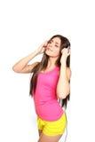Mujer joven feliz que escucha la música con los ojos cerrados en b blanco Fotografía de archivo libre de regalías