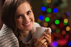Mujer joven feliz que goza de la taza de chocolate caliente Fotos de archivo libres de regalías