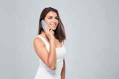 Mujer joven feliz que habla en el teléfono Foto de archivo