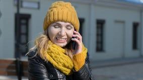 Mujer joven feliz que habla en el tel?fono m?vil en el retrato de la forma de vida de la calle de la ciudad almacen de video