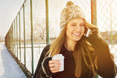 Mujer joven feliz que habla en la risa del teléfono Fotografía de archivo