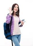 Mujer joven feliz que hace gesto del saludo con la palma Foto de archivo