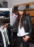 Mujer joven feliz que hace sus compras Fotografía de archivo libre de regalías