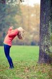 Mujer joven feliz que hace yoga en parque imagenes de archivo