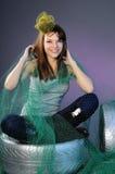 Mujer joven feliz que juega con el pelo Imágenes de archivo libres de regalías
