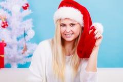 Mujer joven feliz que lleva el sombrero de Santa Claus Fotos de archivo