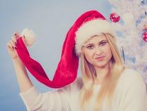 Mujer joven feliz que lleva el sombrero de Santa Claus Fotografía de archivo