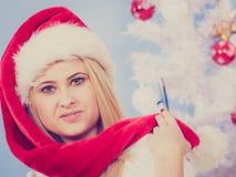 Mujer joven feliz que lleva el sombrero de Santa Claus Imagen de archivo libre de regalías