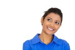 Mujer joven feliz que mira hacia arriba que sueña despierto Fotos de archivo
