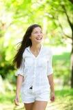 Mujer joven feliz que mira lejos en parque Imagen de archivo