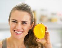 Mujer joven feliz que muestra el mango Fotos de archivo libres de regalías