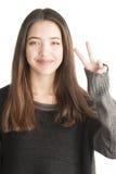 Mujer joven feliz que muestra gesto de la victoria Fotografía de archivo libre de regalías