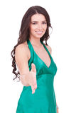 Mujer joven feliz que ofrece un apretón de manos Imagenes de archivo