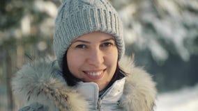 Mujer joven feliz que presenta para la cámara en los suburbios en invierno almacen de metraje de vídeo