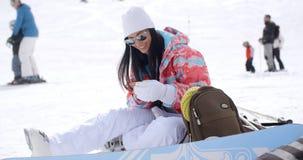 Mujer joven feliz que presenta para un selfie en la nieve almacen de video