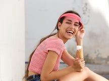 Mujer joven feliz que ríe con el cono de helado afuera Imágenes de archivo libres de regalías