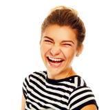 Mujer joven feliz que ríe en alta voz sobre el fondo blanco Fotografía de archivo