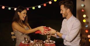 Mujer joven feliz que recibe un regalo de las tarjetas del día de San Valentín Imagen de archivo libre de regalías