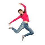 Mujer joven feliz que salta en aire o el baile Fotografía de archivo