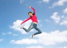Mujer joven feliz que salta en aire o el baile Imágenes de archivo libres de regalías