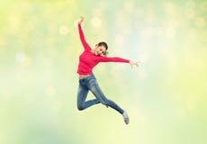 Mujer joven feliz que salta en aire o el baile Fotografía de archivo libre de regalías