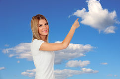 Mujer joven feliz que señala algo Imágenes de archivo libres de regalías