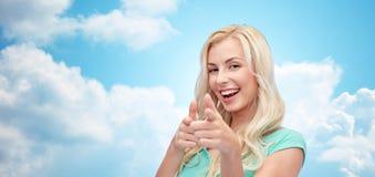 Mujer joven feliz que señala el finger a usted Imagenes de archivo
