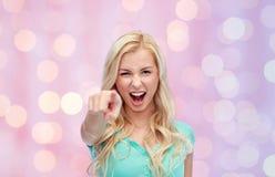 Mujer joven feliz que señala el finger a usted Fotografía de archivo