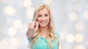 Mujer joven feliz que señala el finger a usted Foto de archivo libre de regalías